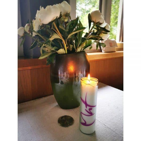 Signs Kerze Mut auf dem Tisch mit Blumen