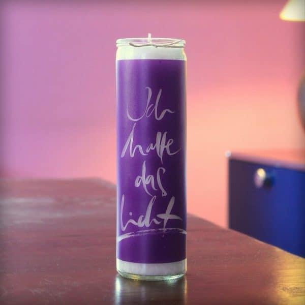 Signs Kerze 'Ich halte das Licht' auf dem Tisch