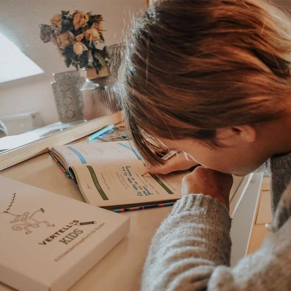 Kind schreibt ins Vertellis Kids Tagebuch
